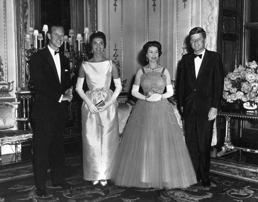 5 giugno 1961, a Buckingham Palace la regina Elisabetta e il principe Filippo incontrano John Kennedy e la moglie Jacqueline (Ansa)