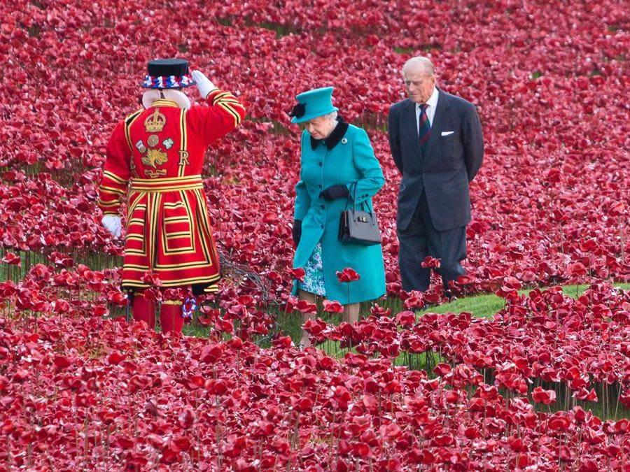 Londra 16 ottobre 2014 in occasione delle celebrazioni in memoria di tutti i cittadini britannici morti in guerra la regina Elisabetta II visita una installazione realizzata con 800mila  papaveri di ceramica insieme al principe Filippo (Ipp/Vickie Flores)