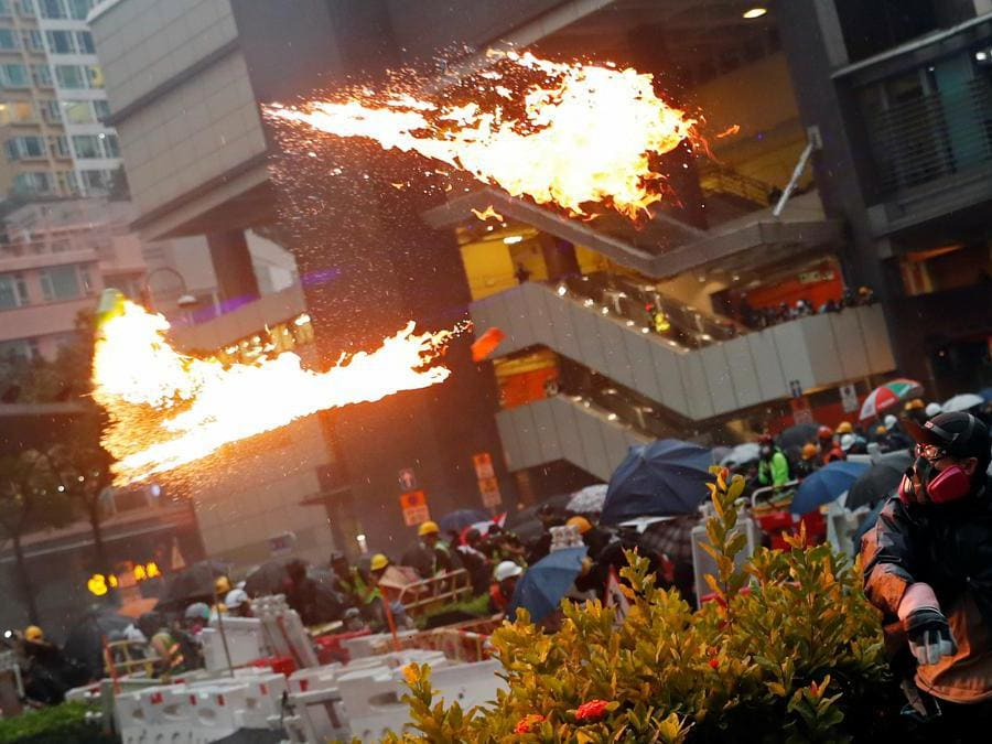 Barricate e scontri tra manifestanti e polizia a Hong Kong, 25 agosto  2019 (REUTERS/Tyrone Siu)