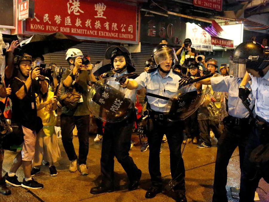 Barricate e scontri tra manifestanti e polizia a Hong Kong, 25 agosto  2019  (REUTERS/Ann Wang)