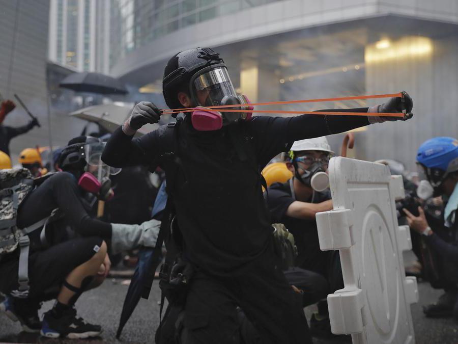 Barricate e scontri tra manifestanti e polizia a Hong Kong, 25 agosto  2019  (AP Photo/Kin Cheung)