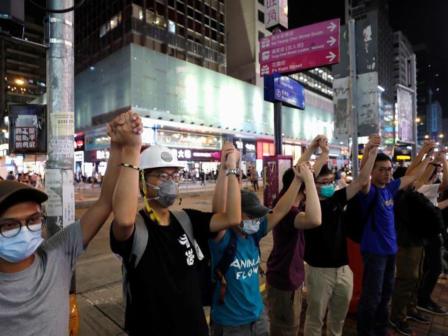 Una catena umana per chiedere riforme politiche a Mongkok, Hong Kong il 23 agosto 2019 (REUTERS)