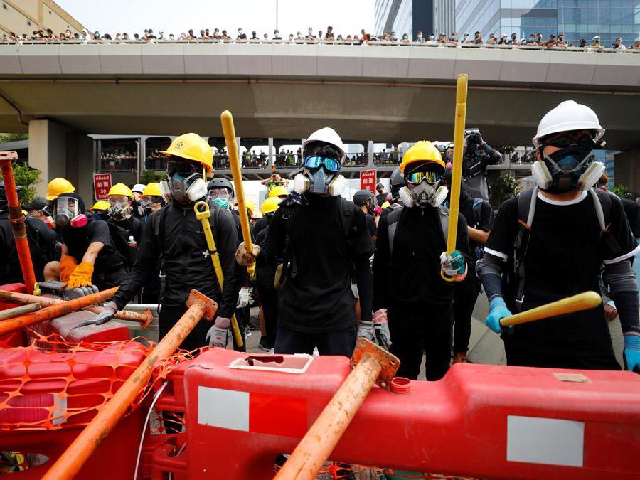 Barricate e scontri tra manifestanti e polizia a Hong Kong, 24 agosto  2019 (REUTERS)