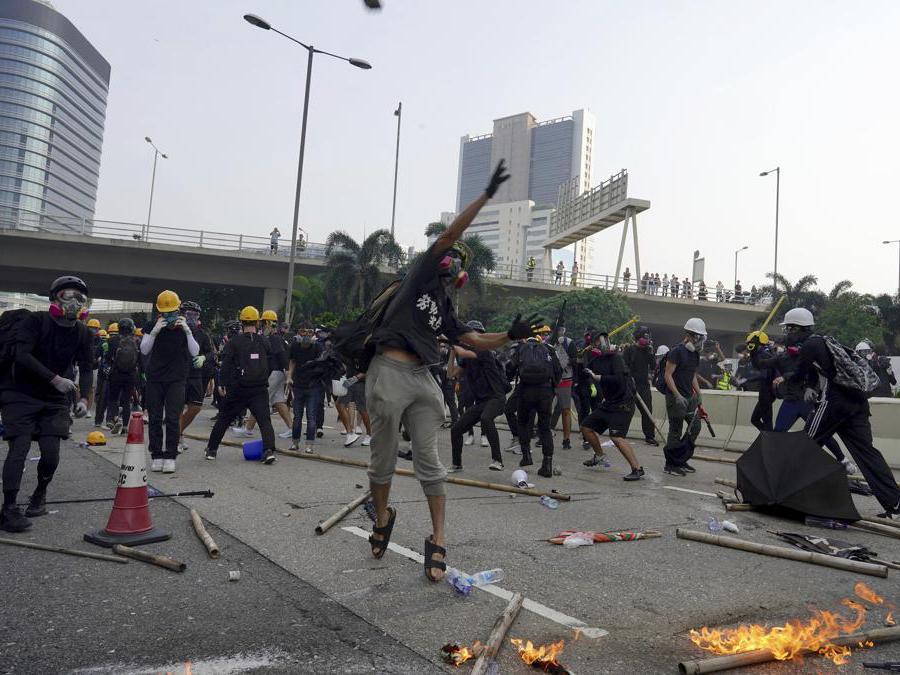 Barricate e scontri tra manifestanti e polizia a Hong Kong, 24 agosto  2019 (AP Photo/Vincent Yu)