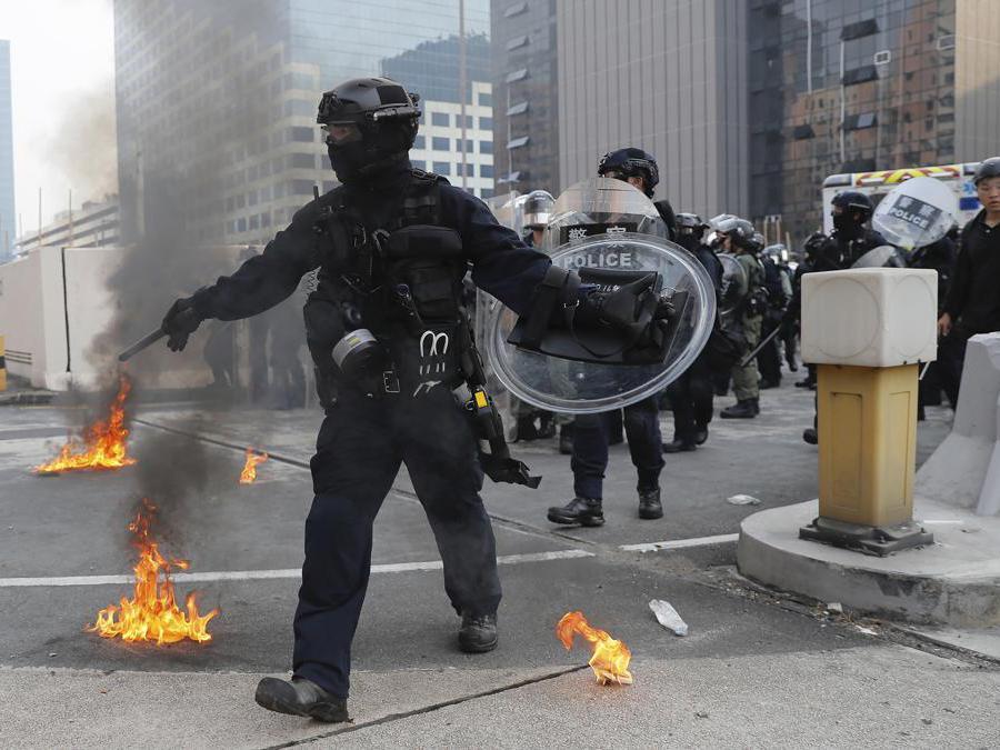 Barricate e scontri tra manifestanti e polizia a Hong Kong, 24 agosto  2019 (AP Photo/Kin Cheung)