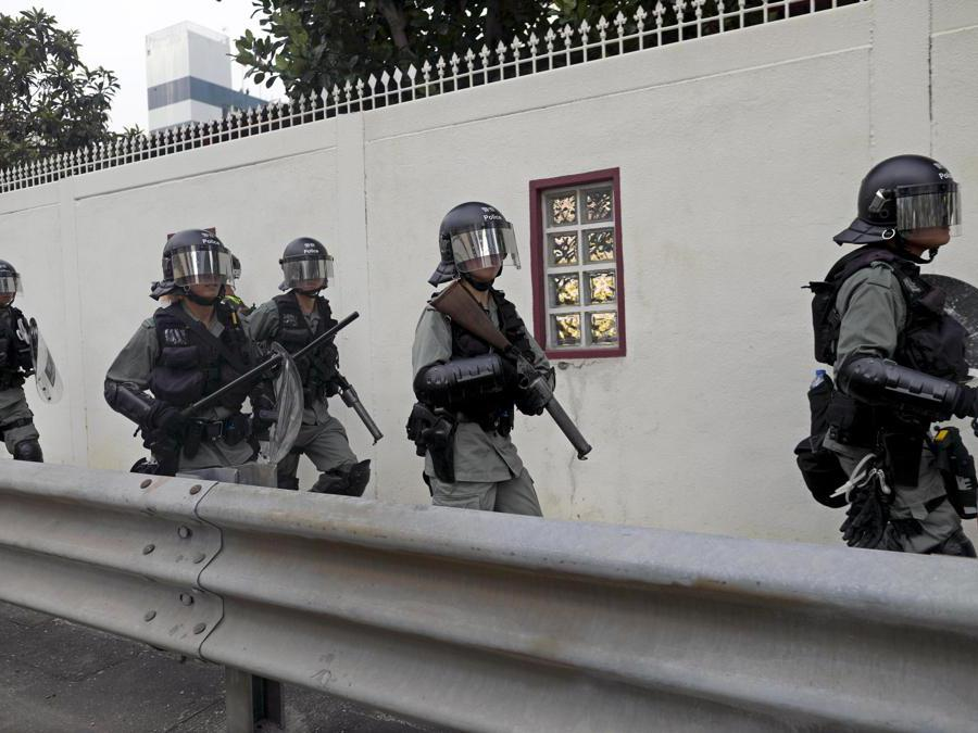 Barricate e scontri tra manifestanti e polizia a Hong Kong, 24 agosto  2019 (Epa)