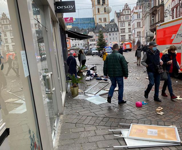 Auto piomba sulla folla in centro a Treviri, in Germania