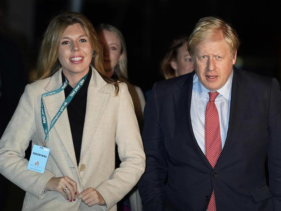 Il primo ministro britannico Boris Johnson  e Carrie Symonds arrivano al conteggio dei risultati per il collegio elettorale di Uxbridge e South Ruislip alla Brunel University durante le elezioni generali a Londra (Epa/Will Oliver)