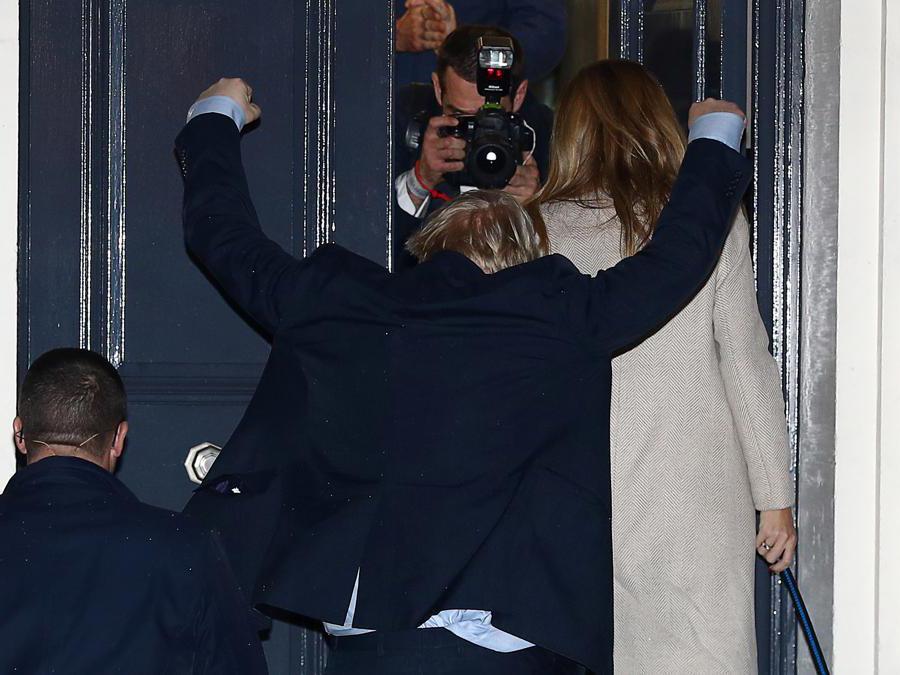 Il primo ministro britannico Boris Johnson e la sua compagna  Carrie Symonds arrivano al quartier generale del Partito conservatore dopo le elezioni generali a Londra (Reuters/Hannah McKay)
