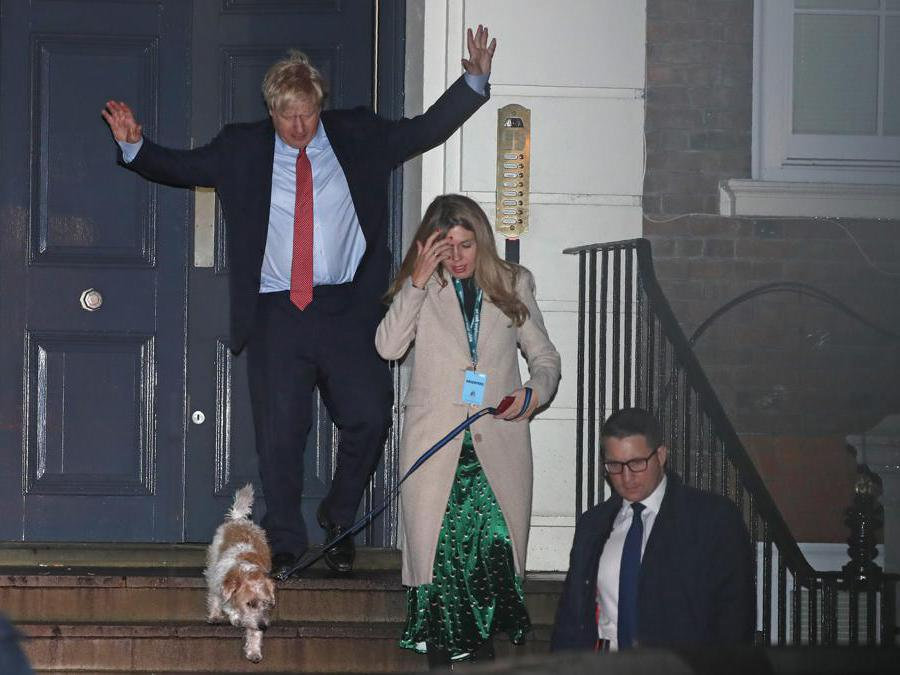 Il primo ministro britannico Boris Johnson e la sua compagna  Carrie Symonds (AP Photo/Thanassis Stavrakis)