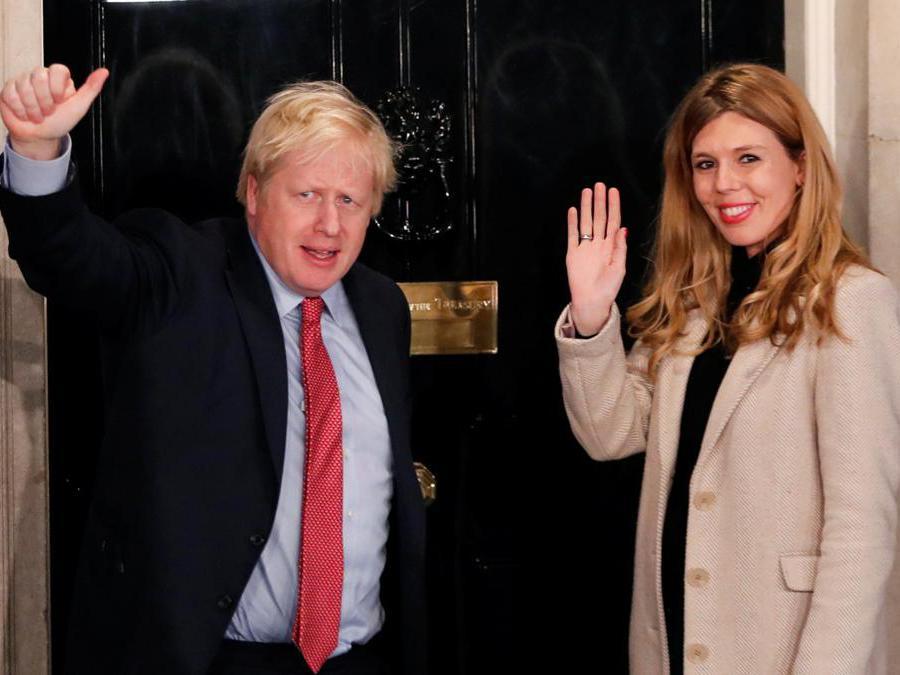 Il primo ministro britannico Boris Johnson  e la sua compagna Carrie Symonds arrivano a 10 Downing Street la mattina dopo le elezioni generali a Londra (Reuters/Thomas Mukoya)
