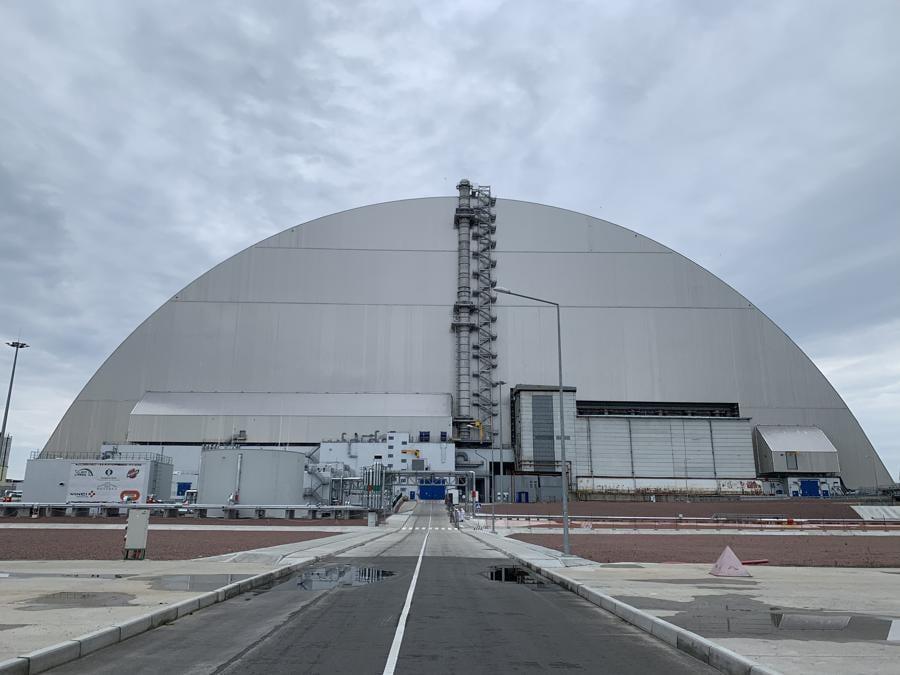 La gigantesca struttura che ricopre il reattore distrutto e il sarcofago