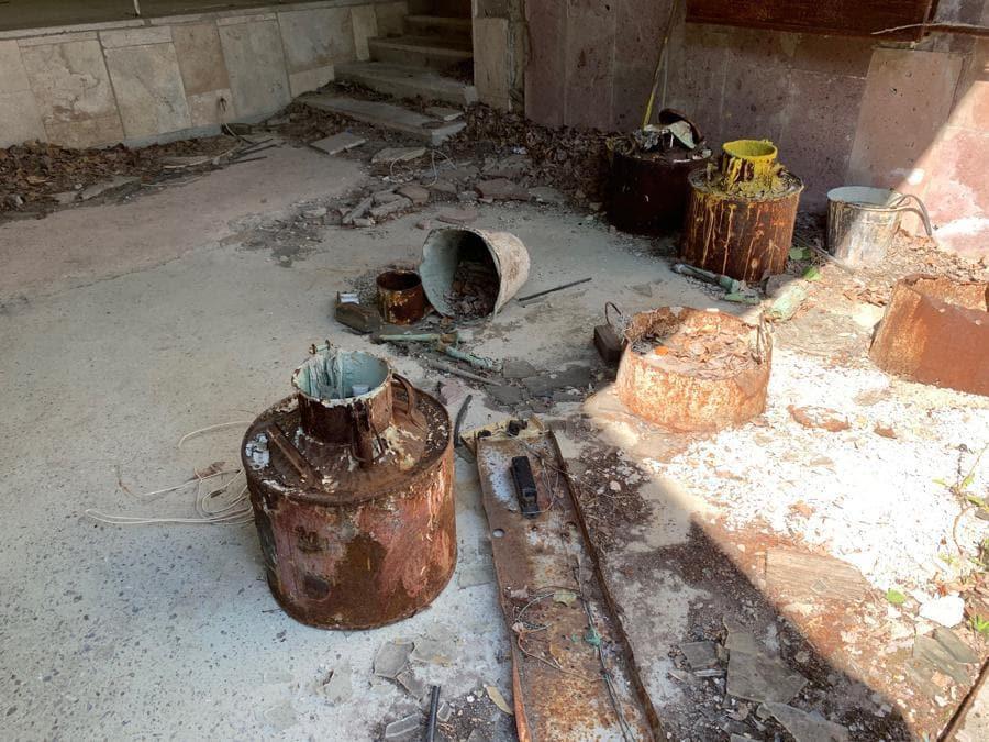 Con il passare del tempo gli edifici di Pripyat diventano sempre più instabili e pericolosi