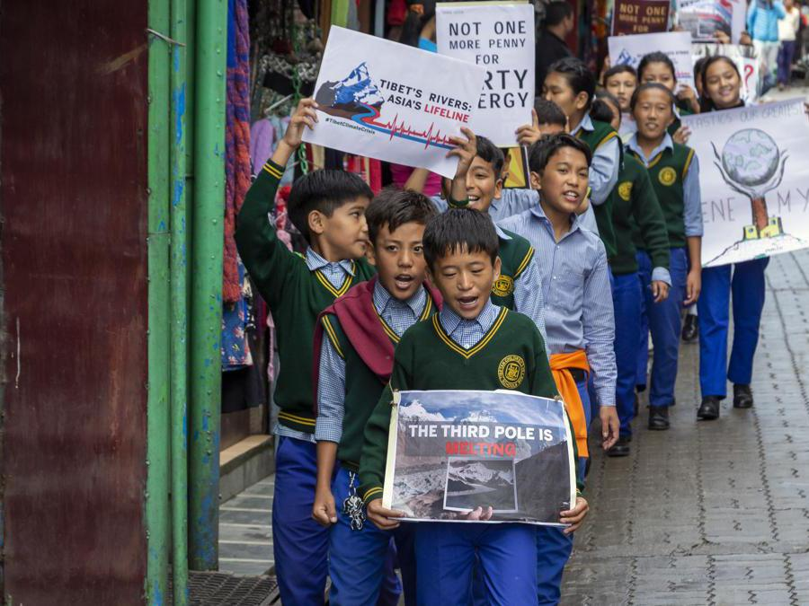 Dharmsala, India, 27 settembre 2019, scolari tibetani in esilio manifestano per il clima (AP Photo/Ashwini Bhatia)