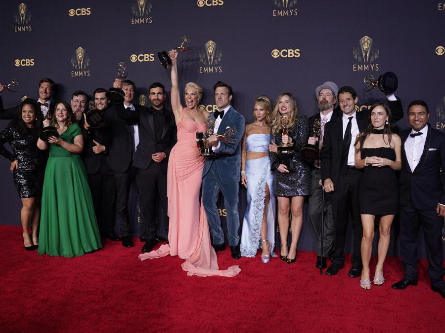 Brett Goldstein, Hannah Waddingham, Jason Sudeikis, Juno Temple e il cast e la troupe di «Ted Lasso» posano con i loro premi come  attore e attrice non protagonista in una serie comica (AP Photo/Chris Pizzello)