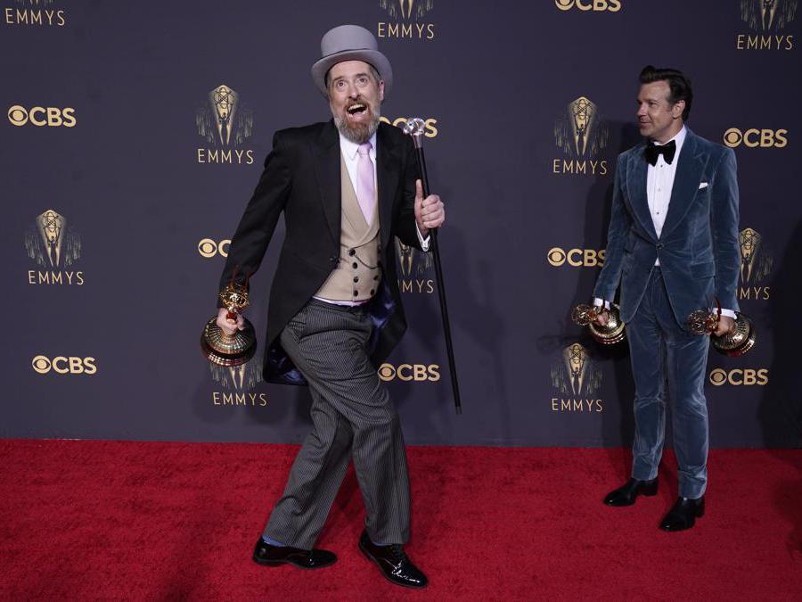 Brendan Hunt, a sinistra, e Jason Sudeikis posano con i loro premi   per «Ted Lasso» (AP Photo/Chris Pizzello)