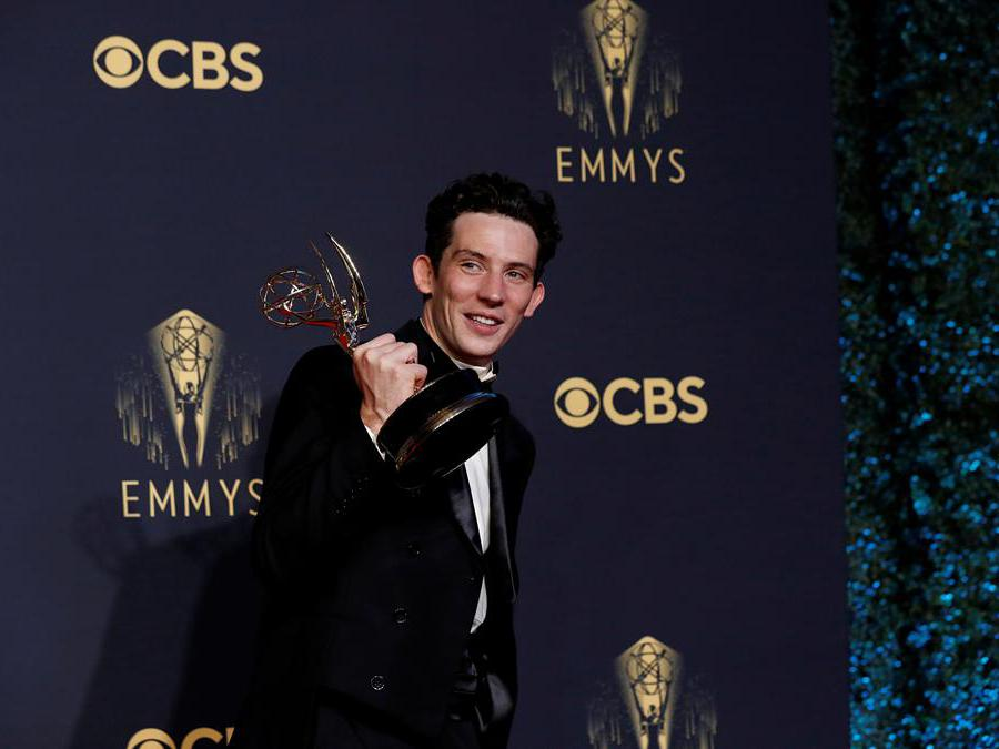 L'attore Josh O'Connor posa  con il premio come miglior attore protagonista di «The Crown», at the 73rd Primetime Emmy Awards in Los Angeles, U.S., September 19, 2021. (Reuters/Mario Anzuoni)