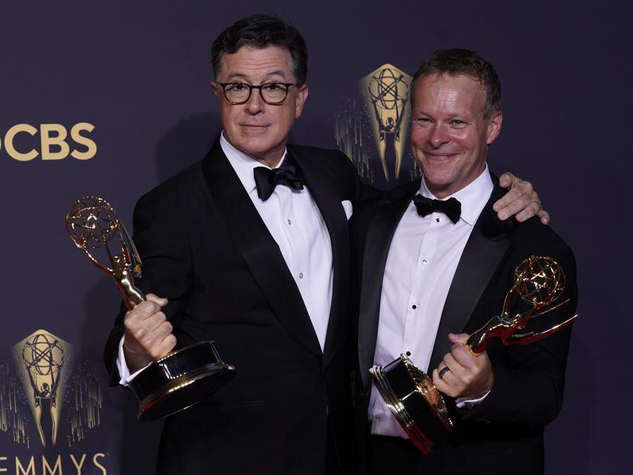 Stephen Colbert, a sinistra e   Chris Licht, vincitori per il varietà «Stephen Colbert's Election Night 2020: Democracy's Last Stand Building Back America Great Again Better 2020» (AP Photo/Chris Pizzello)