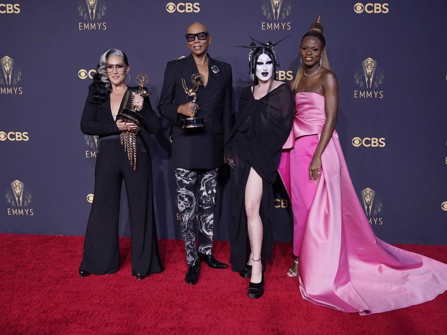 Michelle Visage, da sinistra, RuPaul Charles, Gottmik e Symone posano per una foto con il premio per «RuPaul's Drag Race» (AP Photo/Chris Pizzello)