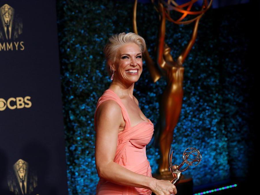 Hannah Waddingham  mentre posa con il suo premio come attrice non protagonista  per «Ted Lasso», at the 73rd Primetime Emmy Awards in Los Angeles, U.S., September 19, 2021. (Reuters/Mario Anzuoni)