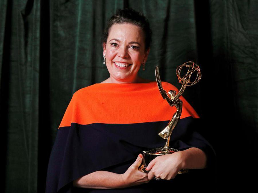 Olivia Colman posa con il suo premio  come miglior attrice protagonista in «The Crown» (Reuters/Peter Nicholls)