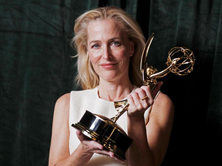 Gillian Anderson posa con il suo premio  come miglior attrice non protagonista in «The Crown» (Reuters/Peter Nicholls)
