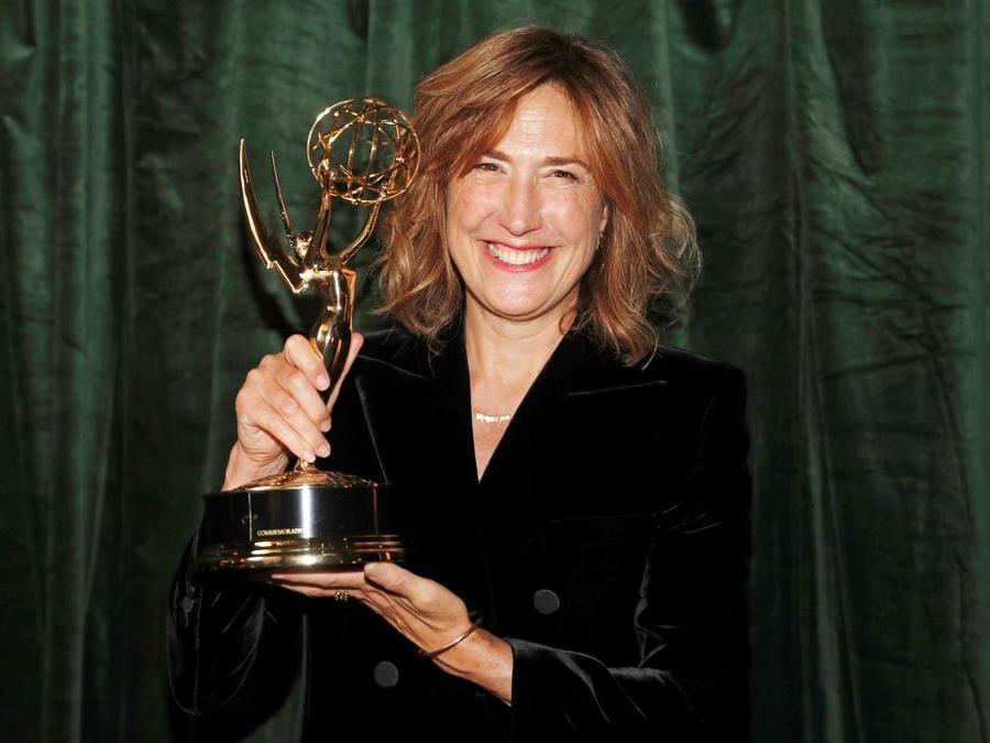 Jessica Hobbs posa con il suo premio  per la miglior regiaf di «The Crown» (Reuters/Peter Nicholls)