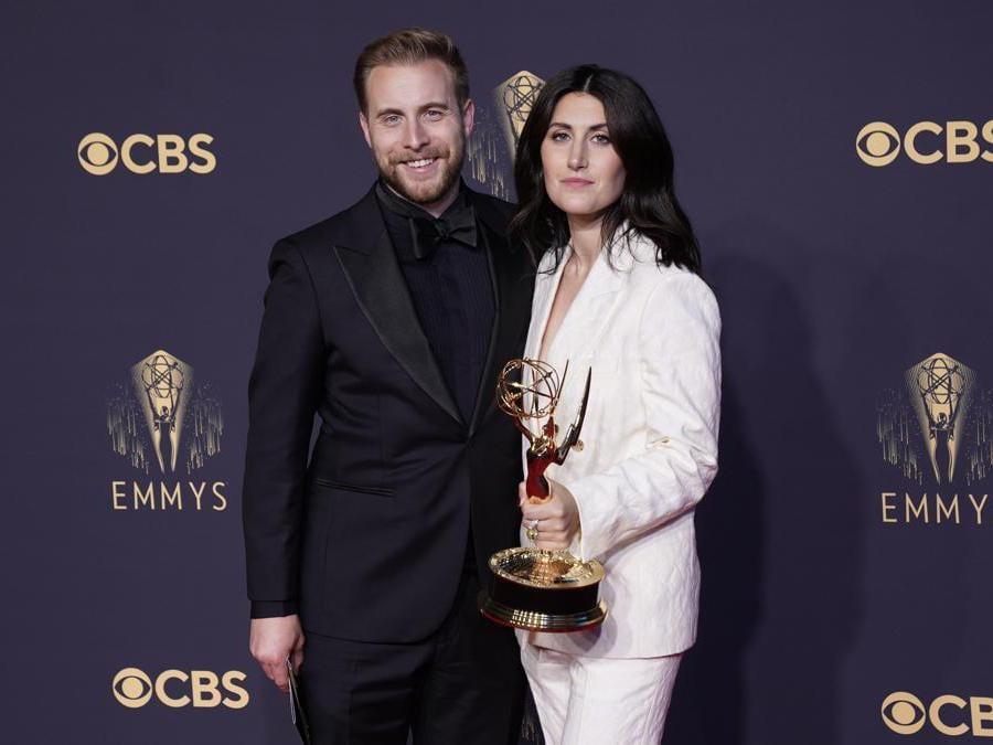 Travis Helwig, a sinistra, e Jen Statsky posano con il premio per la scrittura di «Hacks»  (AP Photo/Chris Pizzello)