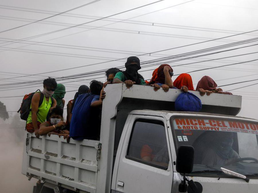 I residenti che vivono vicino al vulcano Taal in eruzione vengono evacuati ad Agoncillo, città di Batangas, Filippine. (Reuters)