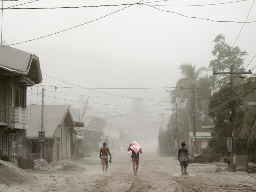 I residenti che vivono nei pressi dell'eruzione del vulcano Taal evacuano ad Agoncillo, città di Batangas, Filippine. REUTERS/Eloisa Lopez