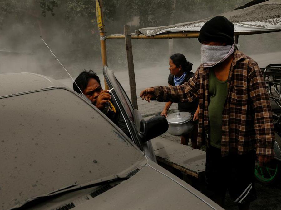 Una famiglia che vive vicino al vulcano Taal in eruzione evacua a Lemery, città di Batangas, Filippine. REUTERS/Eloisa Lopez