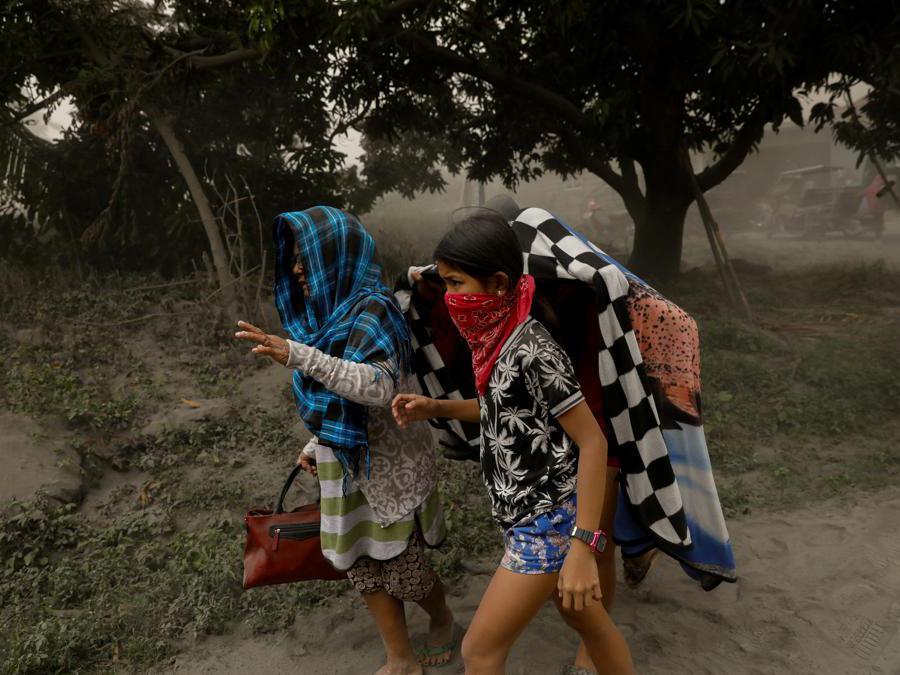 I residenti che vivono vicino al vulcano Taal in eruzione evacuano a Lemery, città di Batangas, Filippine. REUTERS/Eloisa Lopez