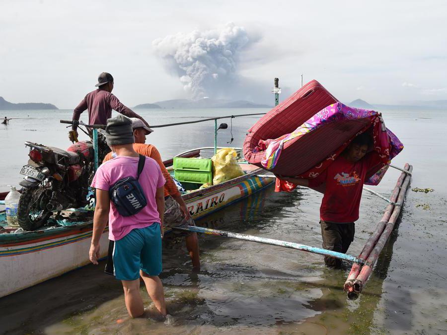 I residenti della città di Tanauan nella provincia di Batangas a sud di  Manila si preparano all'evacuazione. (Photo by Ted ALJIBE / AFP)