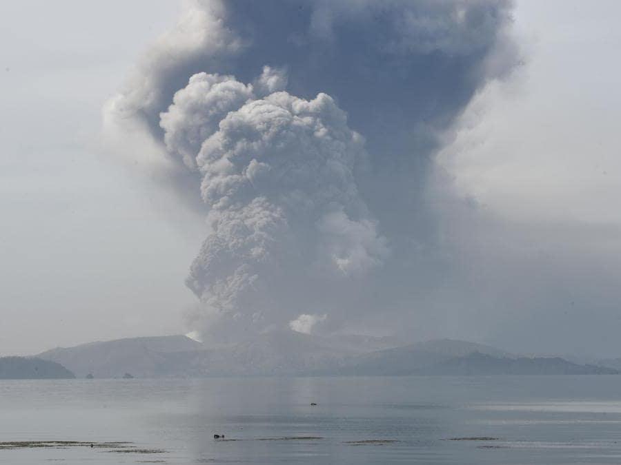 Il vulcano Taal emette cenere visto dalla città di Tanauan nella provincia di Batangas, a sud di Manila. (Photo by Ted ALJIBE / AFP)