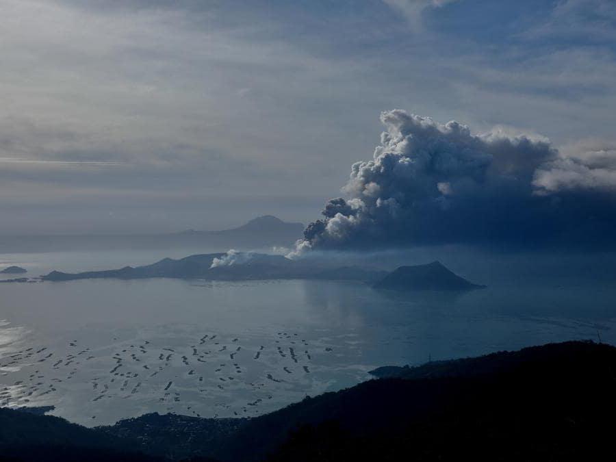 Il vulcano Taal in eruzione visto dalla città di Tagaytay, nelle Filippine. REUTERS/Eloisa Lopez