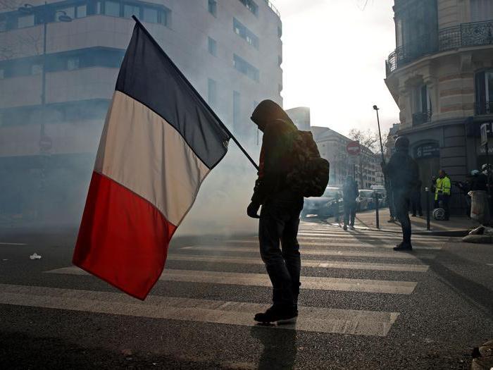 Francia, proteste contro la riforma pensioni. Il governo fa marcia indietro