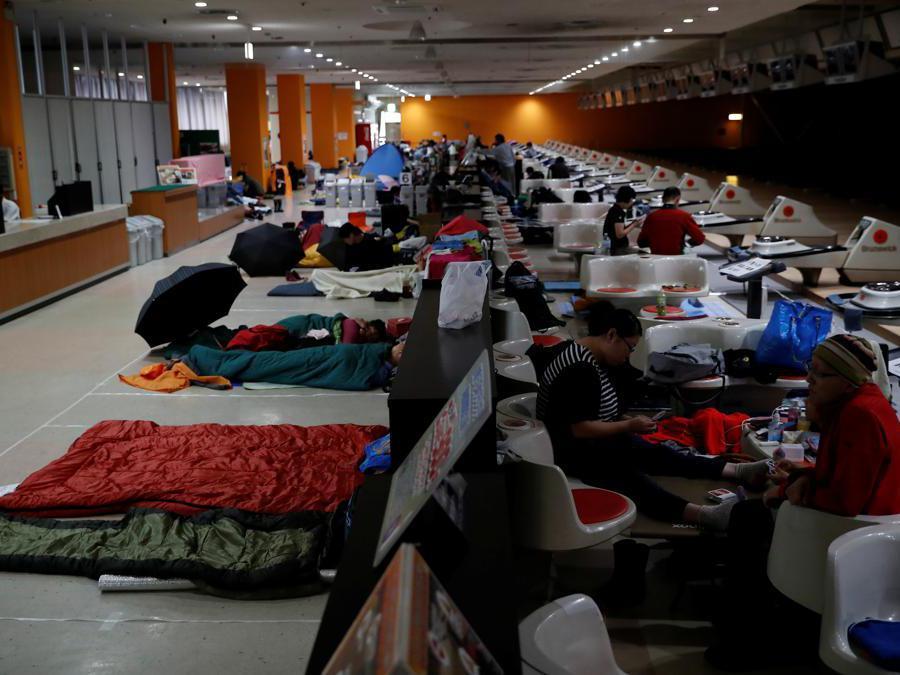 Spettatori evacuati dal circuito di Suzuka (REUTERS/Kim Hong-ji)