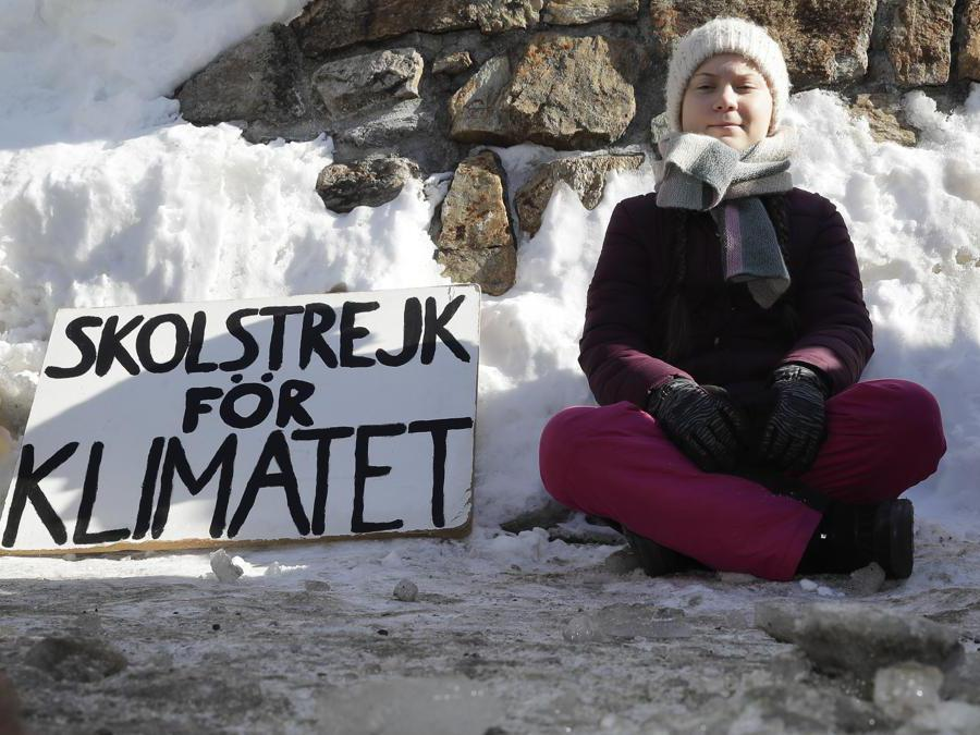 L'attivista Greta Thunberg posa per i media al di fuori del centro congressi dove si tiene il Forum economico mondiale a Davos, in Svizzera (AP Photo/Markus Schreiber)