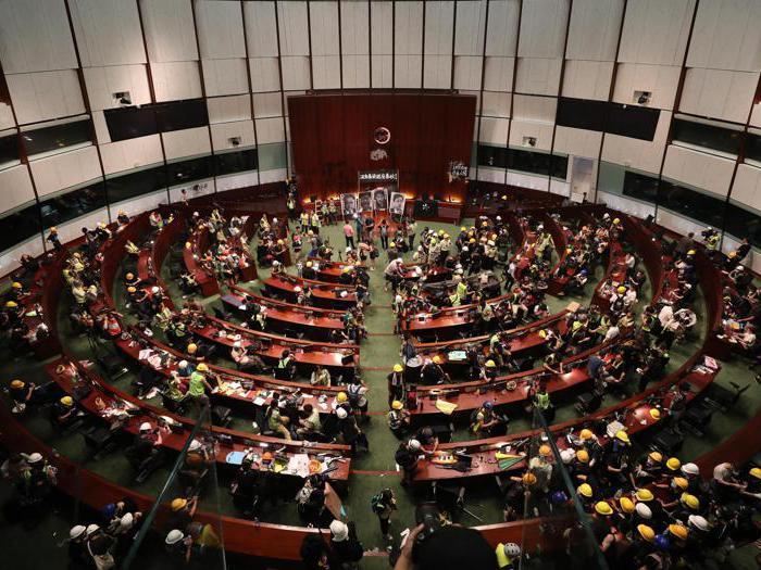 Hong Kong nel caos: la folla irrompe in Parlamento