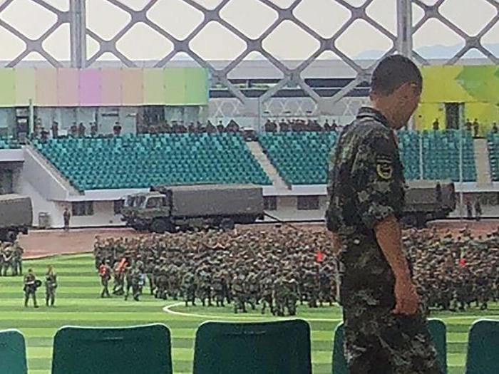 Hong Kong: la Cina manda esercito e blindati