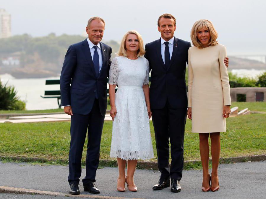 Emmanuel Macron e sua moglie   Brigitte con  Donald Tusk e sua moglie Malgorzata (Francois Mori/Pool via Reuters)