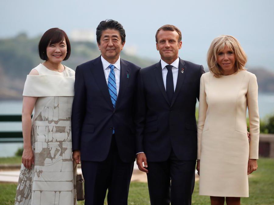 Emmanuel Macron e sua  Brigitte Macron con Shinzo Abe  e sua moglie (Reuters/Christian Hartmann)