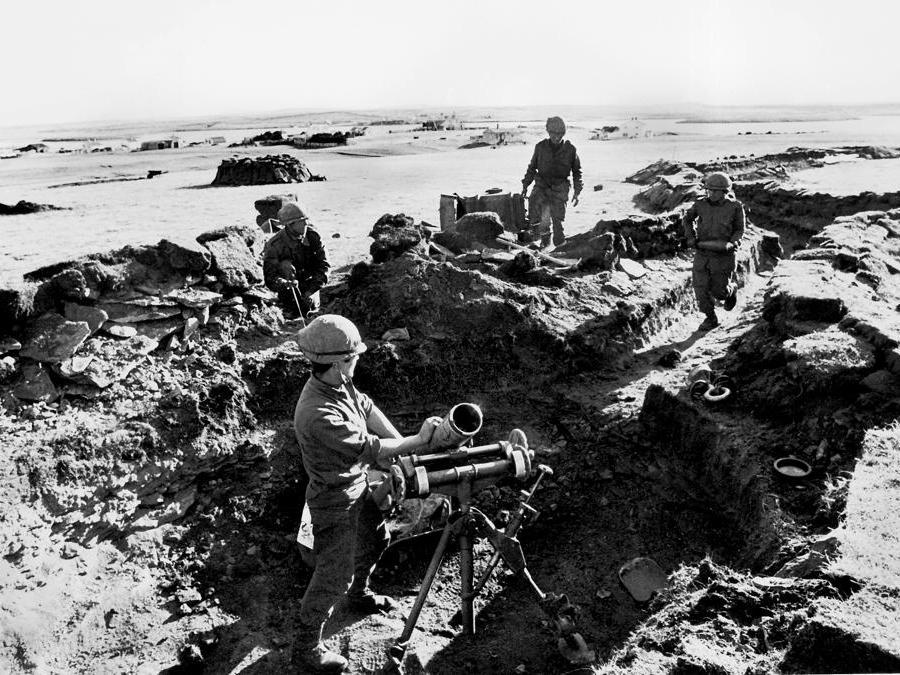 2 aprile 1982, l'Argentina invade le Isole Falkland nel tentativo di sottrarle al conrtrollo britannico,  provocando una  guerra con la Gran Bretagna che causò la morte di circa 1.000 persone e si concluse con la loro espulsione da parte delle forze britanniche il 14 giugno 1982 (Reuters)