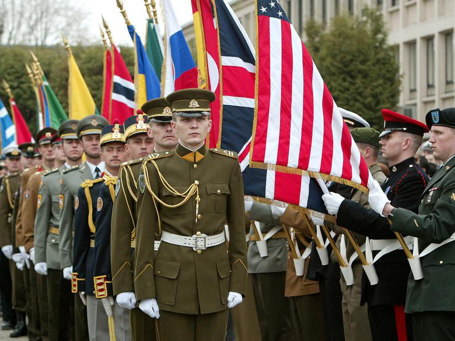 2 aprile 2004, la NATO incrementa a 26  il numero degli stati membri quando le ex nazioni comuniste di Bulgaria, Estonia, Lettonia, Lituania, Romania, Slovacchia e Slovenia aderiscono all'organizzazione (Reuters)