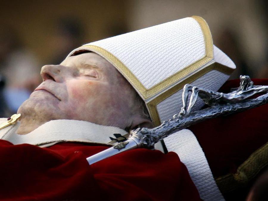 2 aprile 2005, muore Papa Giovanni Paolo II,  ha guidato la Chiesa cattolica per 26 anni e ha svolto un ruolo cruciale nella caduta del comunismo in Europa. Aveva 84 anni (Reuters)