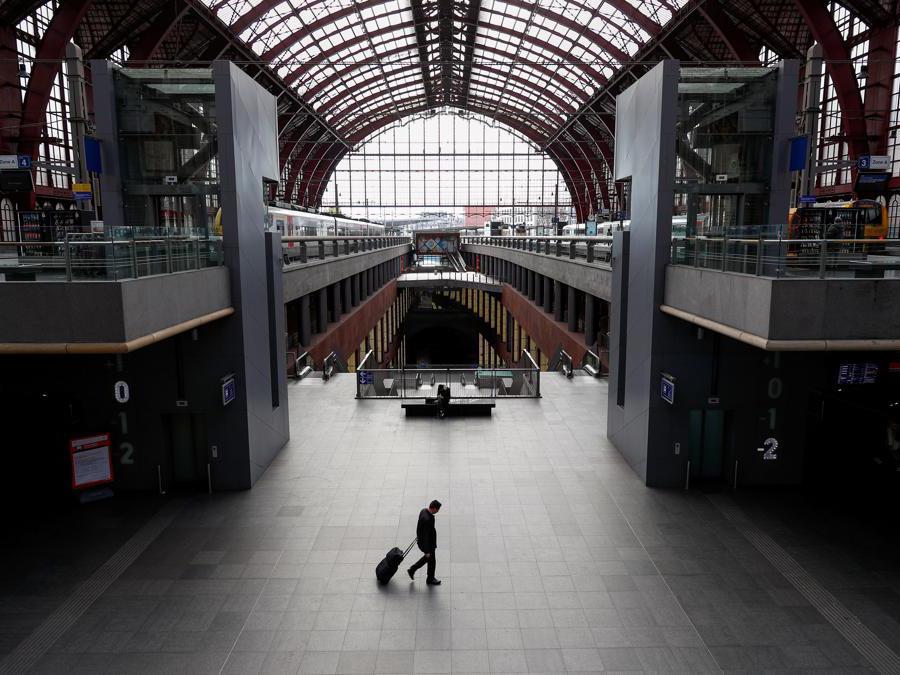 La stazione desrta di Anversa, Belgio (REUTERS/Francois Lenoir)