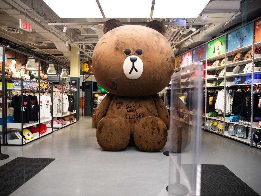 New York un negozio chiuso vicino Times Square (REUTERS/Jeenah Moon)
