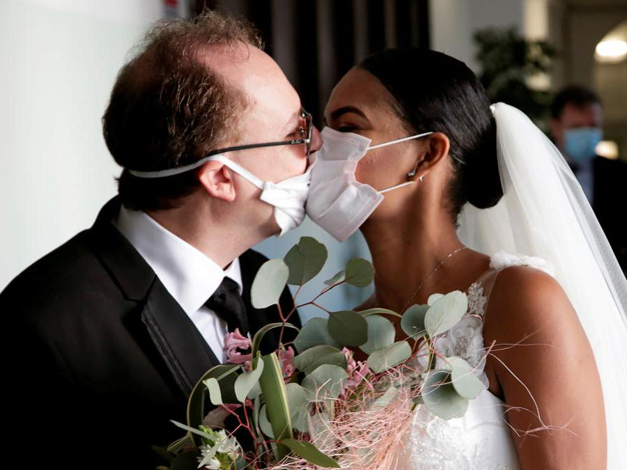 Napoli, Diego Fernandes e Deni Salgado subito dopo aver celebrato il loro matrimonio (REUTERS/Ciro De Luca)