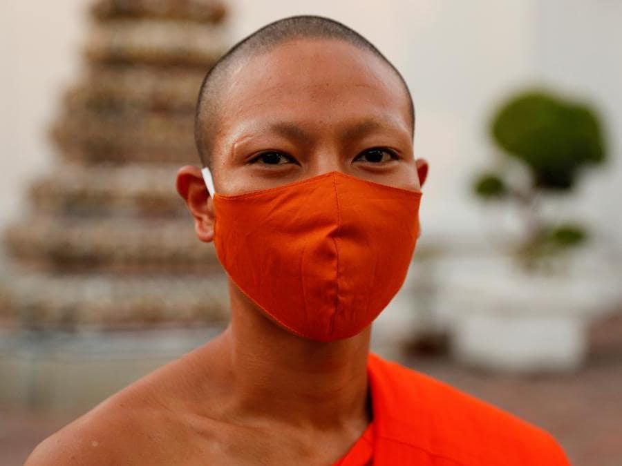 Bangkok, un monaco buddista indossa una mascherina (REUTERS/Jorge Silva