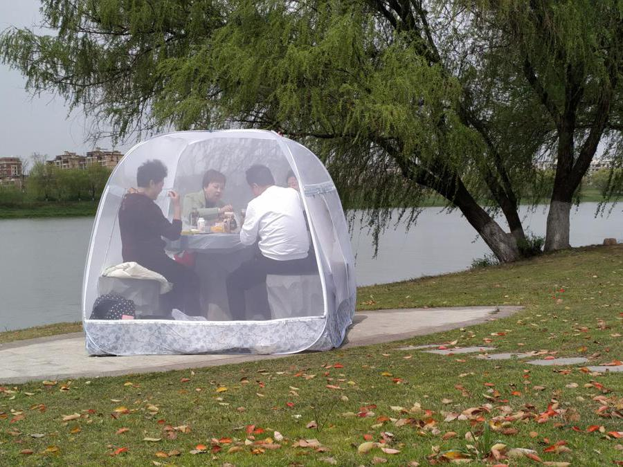Nanjing, Cina, persone pranzano all'interno di una tenda per proteggersi dal Coronavirus (REUTERS )